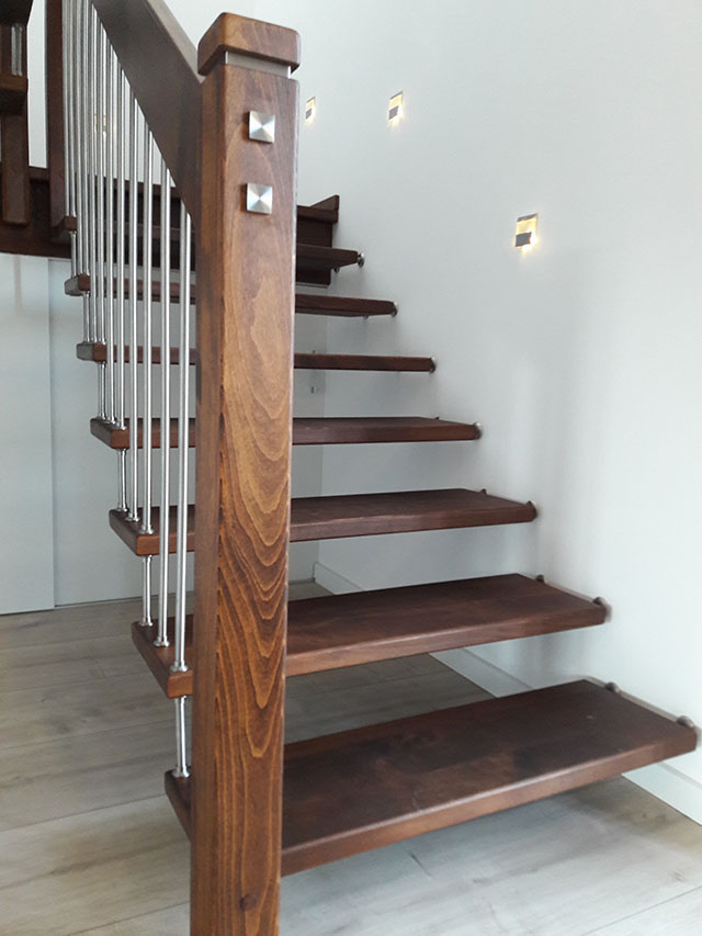 1 Freitragende Treppe mit Podest Massivholz Buche Farbe Wenge