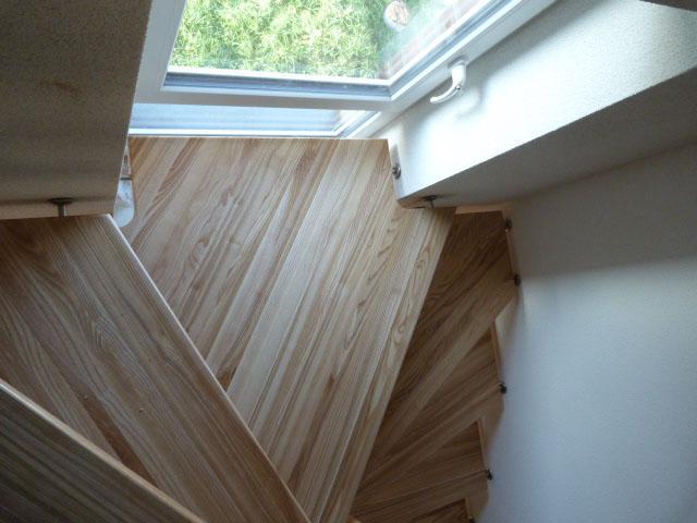 11 Freitragende Treppe Massivholz Esche Farbe Natur