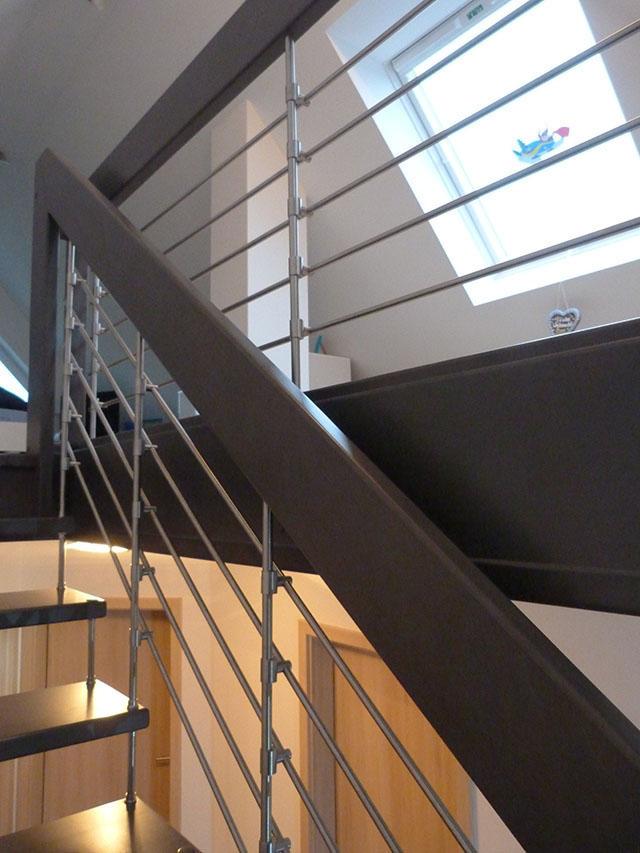 17 Freitragende Treppe mit Relinggeländer Massivholz Buche Farbe dunkles Grau