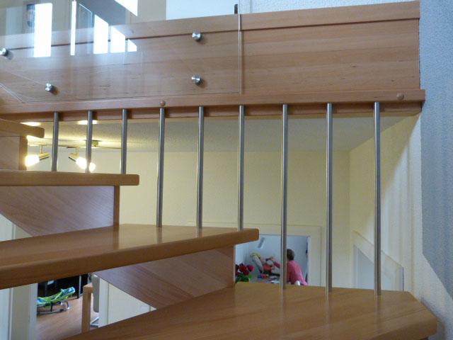 21 Freitragende Treppe mit Glasgeländer Massivholz Buche Farbe Natur