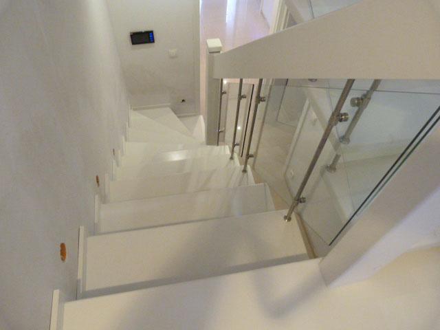 24 Geschlossene Treppe mit Glasgeländer Massivholz Buche Weißer Lack und dunkle Beize