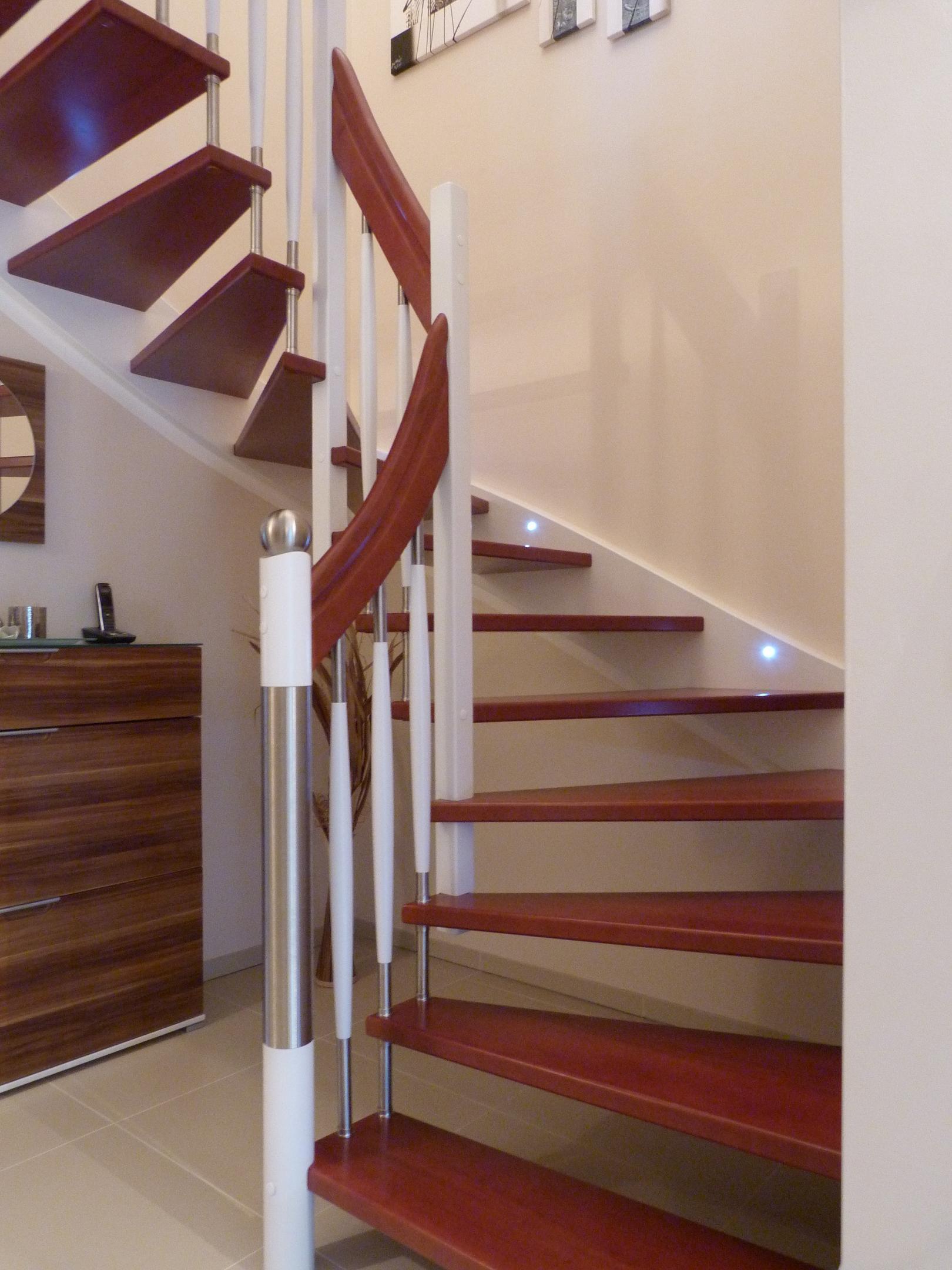 103 WangenBolzentreppe Massivholzkernbuche Farbe Nussbaum und weisser Lack