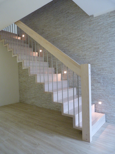109 Faltwerktreppe Massivholz Esche Farbe Platin