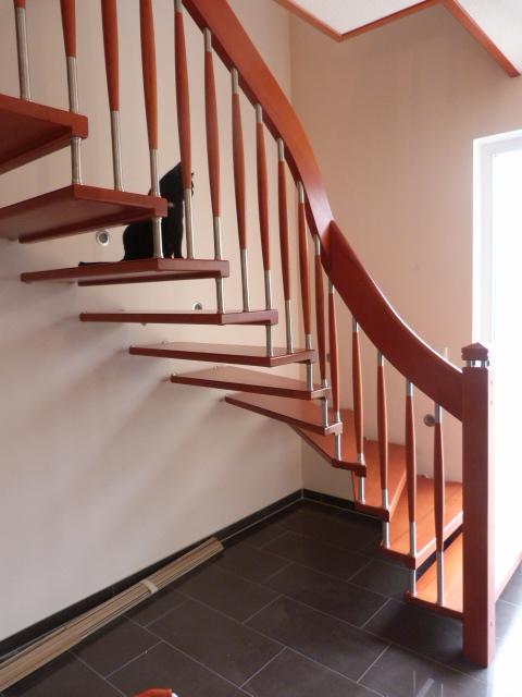 133 Freitragende Treppe mit Nase Massivkernbuche Farbe Orange
