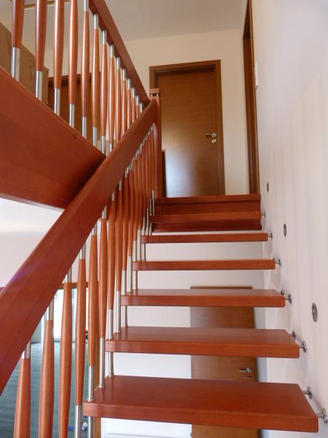 134 Freitragende Treppe mit Nase Massivkernbuche Farbe Orange