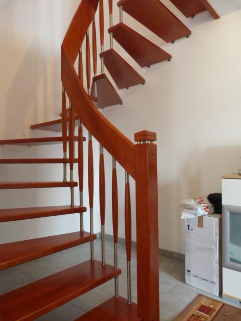 135 Freitragende Treppe Massivkernbuche Farbe Orange