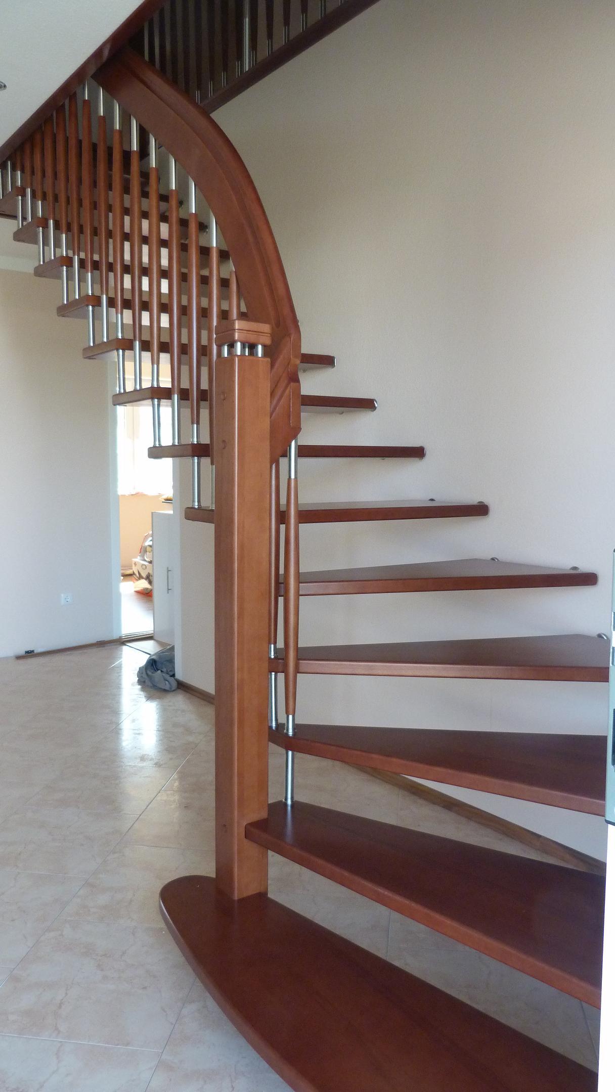175 Freitragende Treppe Massivholz Kernbuche Farbe dunkel Nussbaum