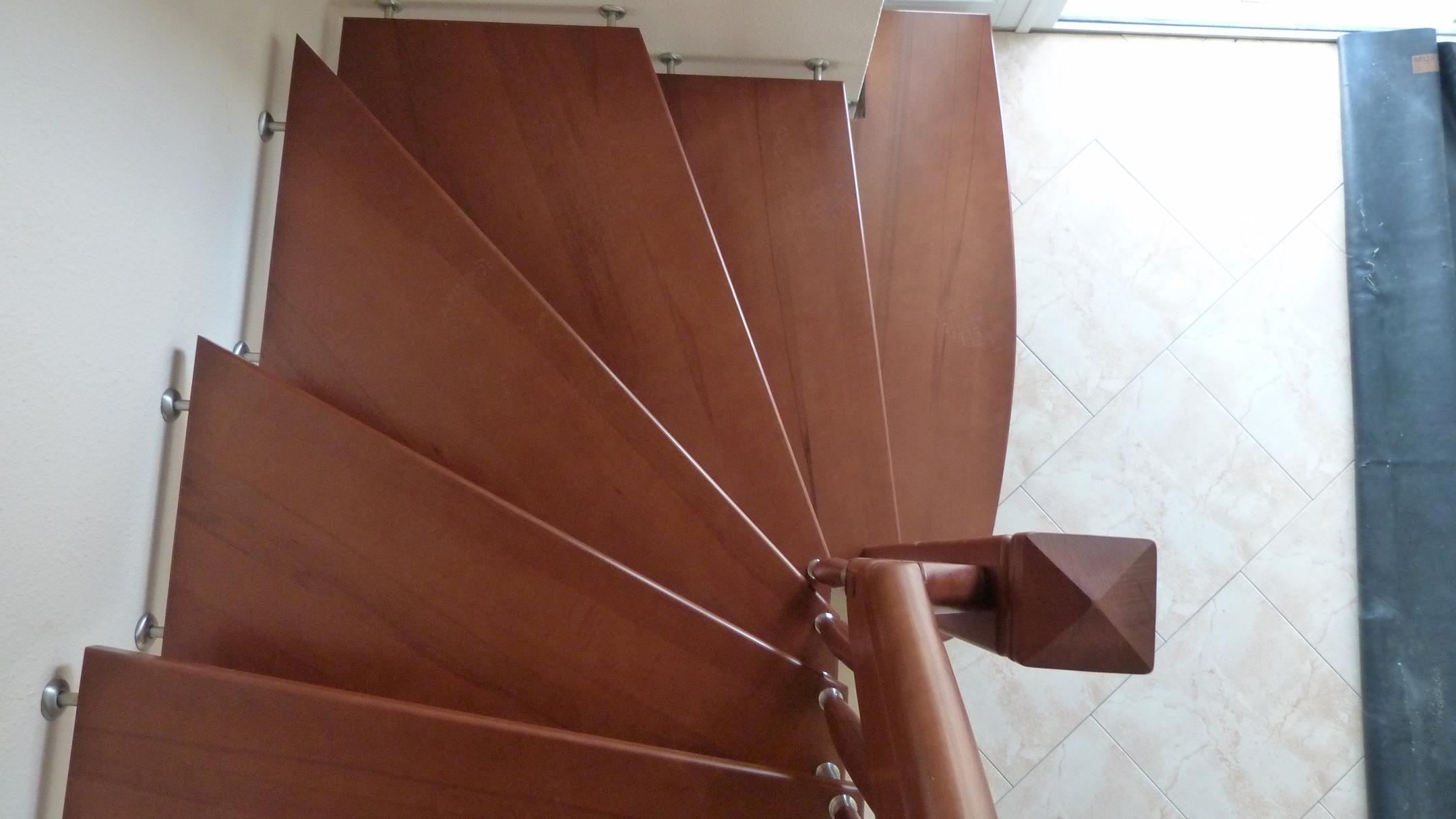 177 Freitragende Treppe Massivholz Kernbucge Farbe dunkel Nussbaum