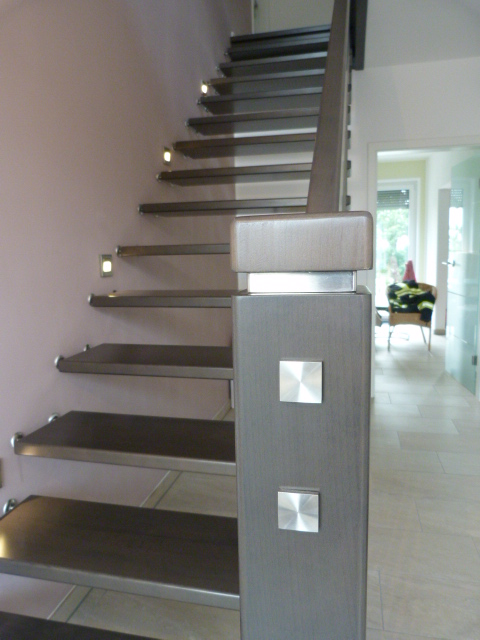 180 freitragende Treppe Massivholz Buche Farbe dunkles Grau
