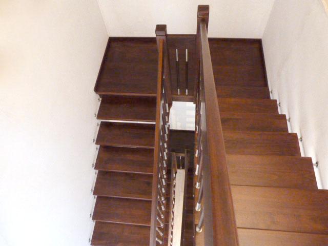 5 Freitragende Treppe mit Podest Massivholz Buche Farbe Wange