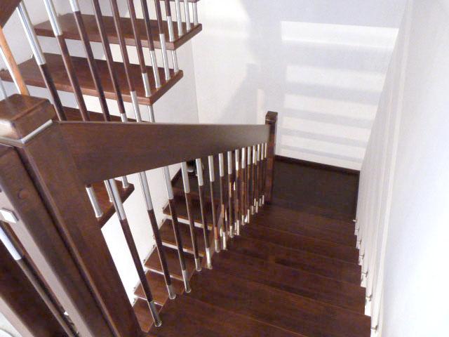 6 Freitragende Treppe mit Podest Massivholz Buche Farbe Wenge