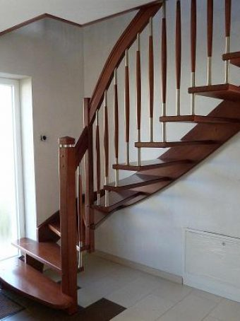 127 WangenBolzen Treppe Massivholzbuche Farbe Nussbaum