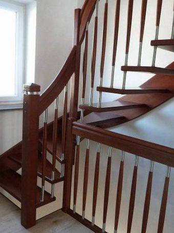 128 WangenBolzen Treppe Massivholzbuche Farbe Nussbaum