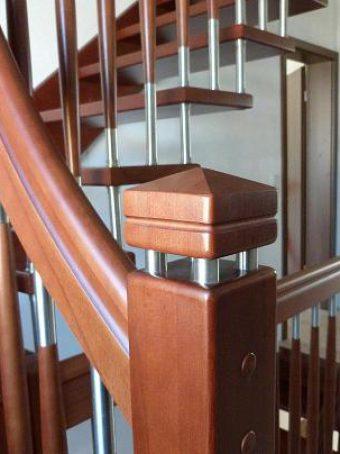 129 WangenBolzen Treppe Massivholzbuche Farbe Nussbaum