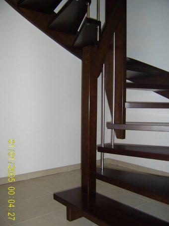 147 WangenBolzen Treppe Massivholzbuche Farbe Dunkel Nussbaum