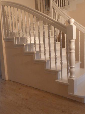 151 Massivholzverkleidung auf Betontreppe Farbe Weiss