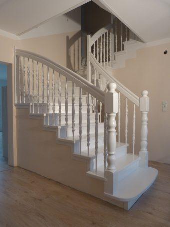 152 Massivholzverkleidung auf Betontreppe Farbe Weiss