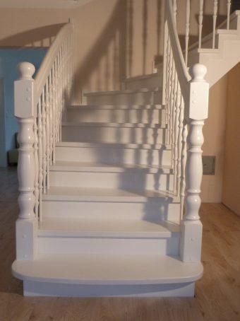 153 Massivholzverkleidung auf Betontreppe Farbe Weiss