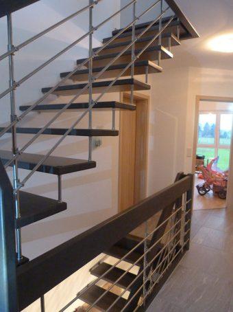 16 Freitragende Treppe mit Relinggeländer Massivholz Buche Farbe dunkles Grau
