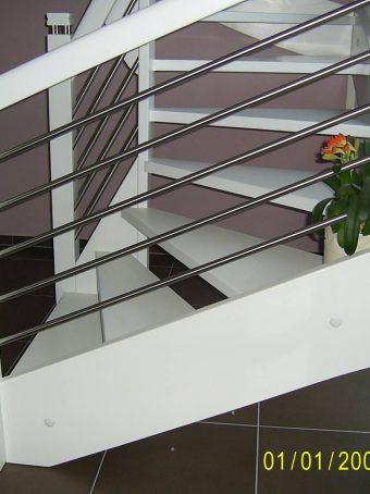 163 WangenBolzen Treppe Massivholzbuche Farbe Weiss