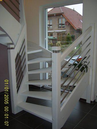 164 WangenBolzen Treppe Massivholzbuche Farbe Weiss
