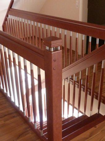 176 Freitragende Treppe Massivholz Kernbuche Farbe dunkel Nussbaum