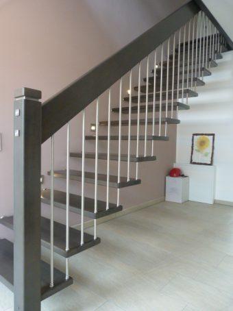 178 freitragende Treppe Massivholz Buche Farbe dunkles Grau