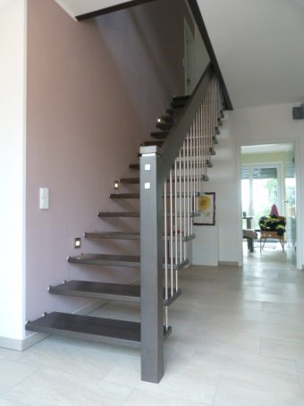 179 Freitragende Treppe Massivholz Buche Farbe dunkles Grau