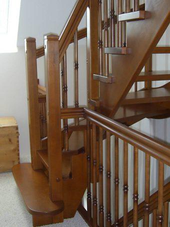 182 WangenBolzen Treppe Massivholzbuche Farbe Nussbaum