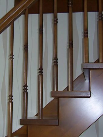 183 WangenBolzen Treppe Massivholzbuche Farbe Nussbaum
