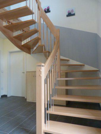 19 Freitragende Treppe mit Glasgeländer Massivholz Kernbuche Farbe Natur