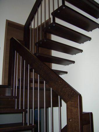190 Freitragende Treppe Massivholzbuche Farbe Dunkel Nussbaum