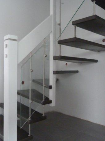 193 Freitragende Treppe mit Glasgeländer