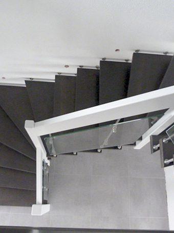 194 Freitragende Treppe mit Glasgeländer
