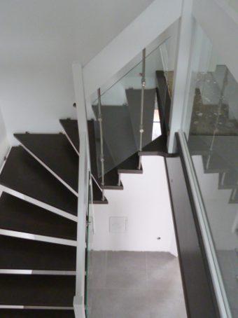 195 Freitragende Treppe mit Glasgeländer