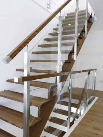 1A Wangen Bolzen Treppe mit Glasgeländer Massihovlz Esche Farbe Nummer 2441