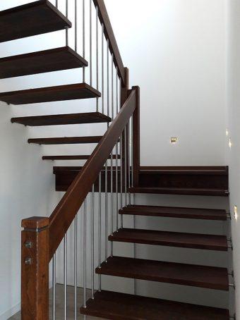 2 Freitragende Treppe mit Podest Massivholz Buche Farbe Wenge