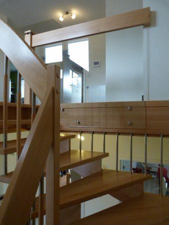 20 Freitragende Treppe mit Glasgeländer Massivholz Buche Farbe Natur