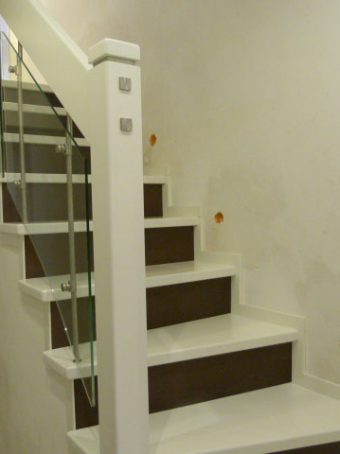 22 Geschlossene Treppe mit Glasgeländer Massivholz Buche Weißer Lack und dunke Beize