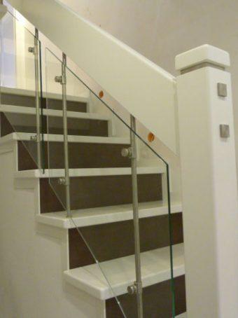 23 Geschlossene Treppe mit Glasgeländer Massivholz Buche Weißer Lack und dunkle Beize