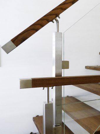 2A Wangen Bolzen Treppe mit Glasgeländer Massiholz Esche Farbe Nummer 2441