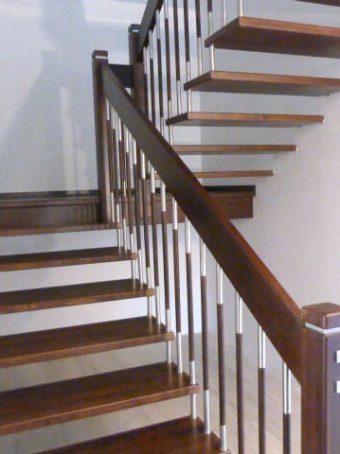 3 Freitragende Treppe mit Podest Massivholz Buche Farbe Wenge