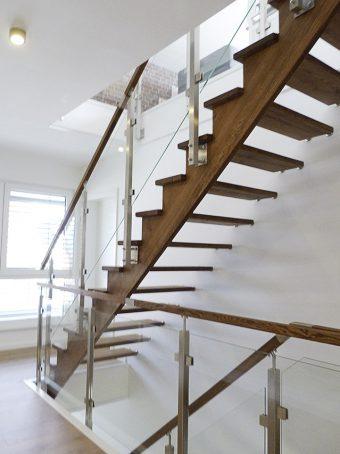 3A Wangen Bolzen Treppe mit Glasgelnder Massivholz Esche Farbe Nummer 2441