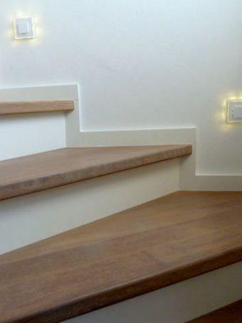 40 Massivholzverkleidung auf Betontreppe Massivholz Esche Polar Weiß Geölt und Weißer Lack