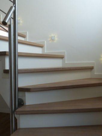 41 Massivholzverkleidung auf Betontreppe Massivholz Esche Polar Weiß Geölt und Weißer Lack