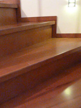 45 Massivholzverkleidung auf Betontreppe Massivholz Kernbuche Gebeizt
