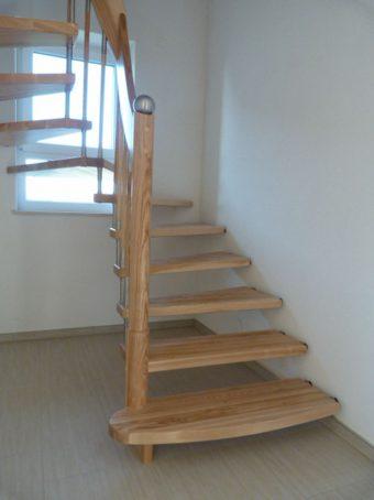7 Freitragende Treppe Massivholz Esche Farbe Natur